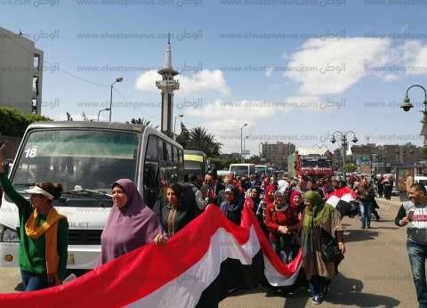 """بـ""""علم مصر 30 متر"""" .. معلمو """"العجمي"""" ينظمون مسيرة لدعم الاستفتاء"""