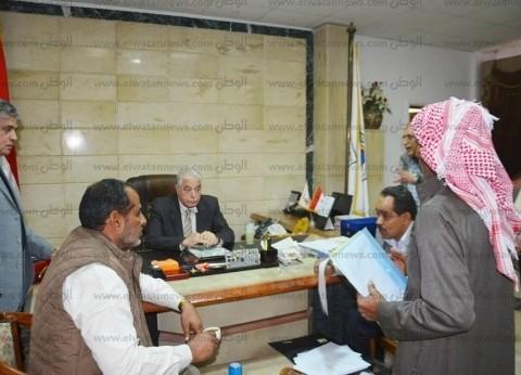 محافظ جنوب سيناء يلتقي مواطنين لتلبية طلباتهم في إطار اللقاء الدوري