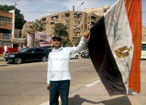 """حسين يطوف الشوارع بعلم مصر: """" أنا مش أقل وطنية من الجيش والشرطة"""""""