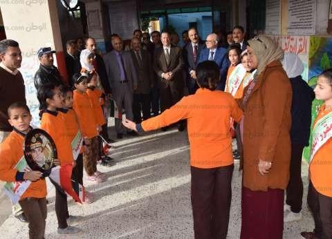 بصورة السيسي وعلم مصر.. تلاميذ مدرسة في بني سويف يستقبلون المحافظ