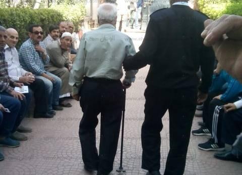 رجال الجيش والشرطة يساعدون كبار السن والمرضى على دخول لجان الانتخابات