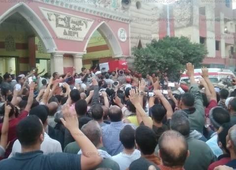 """""""عاش الشهيد"""" هتاف أهالي أبنوب أثناء تشييع جثمان أحد الشهداء"""