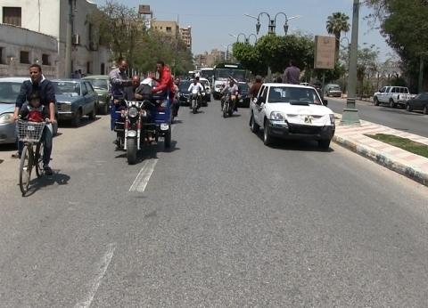 بالصور| مسيرة حاشدة لعمال المطاحن أثناء توجههم للاستفتاء في المنيا