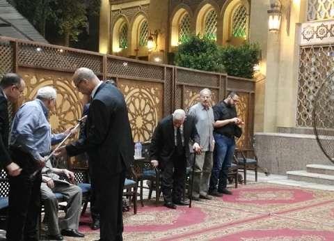 مكرم محمد أحمد يصل إلى عزاء شقيقته