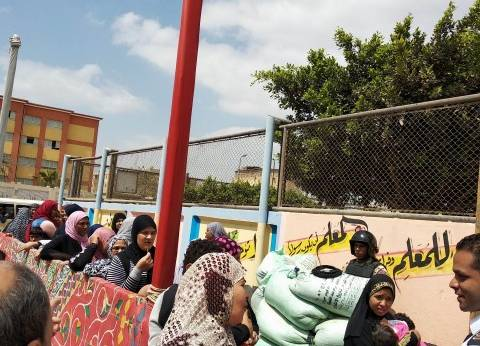 طوابير امتدت لأمتار.. السيدات يشاركن في الاستفتاء بلجان السلام والنهضة