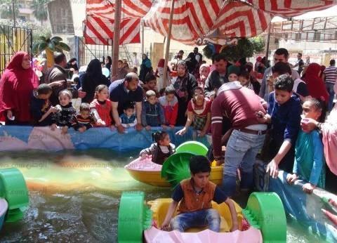 بالصور| المواطنون يحتفلون بشم النسيم تحت حماية الشرطة في الدقهلية