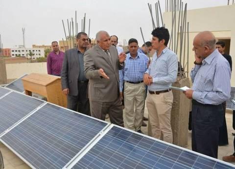 """""""الزملوط"""" يتفقد مشروع تشغيل ديوان محافظة الوادي الجديد بالطاقة الشمسية"""