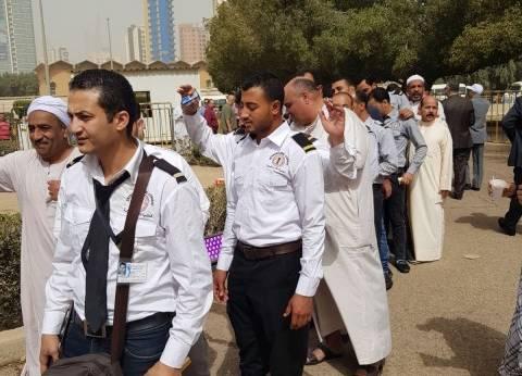 آلاف الناخبين يتوافدون على سفارة مصر بالكويت بعد انتهاء أوقات عملهم