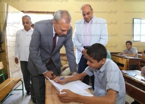 """محافظ قنا يتفقد لجان الشهادة الإعدادية.. وكيل """"التعليم"""": لا شكاوى"""