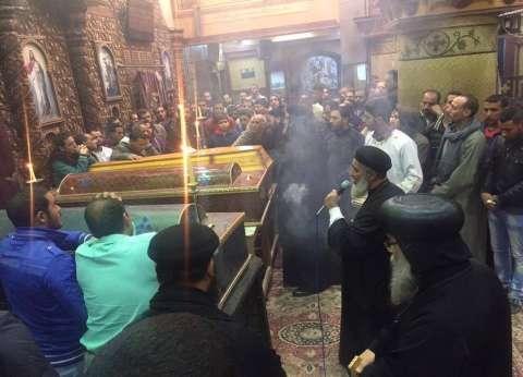 أسقف المنيا يشارك في تشييع جنازة 5 من أسرة واحدة لقوا مصرعهم في تسريب غاز
