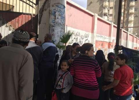مواطنون يتوافدون على لجان أبوالنمرس بالجيزة للتصويت في الاستفتاء