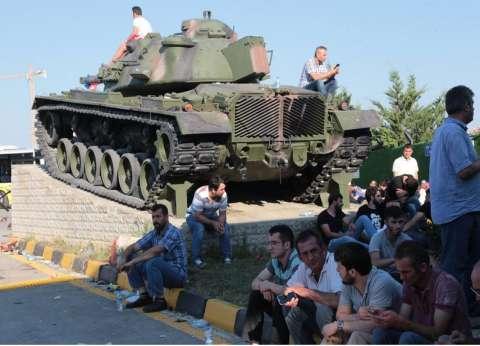 بالفيديو| الشرطة التركية تنقذ قائد دبابة من الجماهير الغاضبة