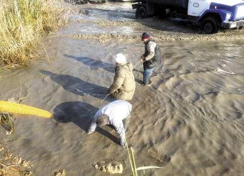 «الصرف الصحى» تُكافئ 3 عمال كانوا وسط المياه فى عز البرد