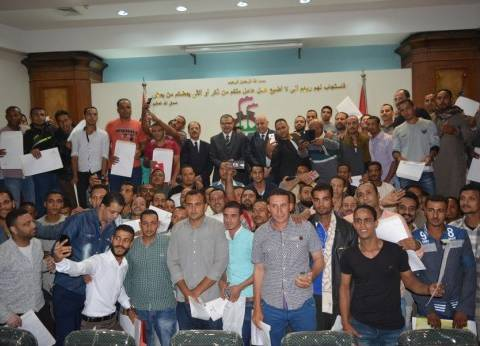 «سعفان» يسلم 195 عقدا لمصريين للعمل في الخليج في ذكرى انتصارات أكتوبر