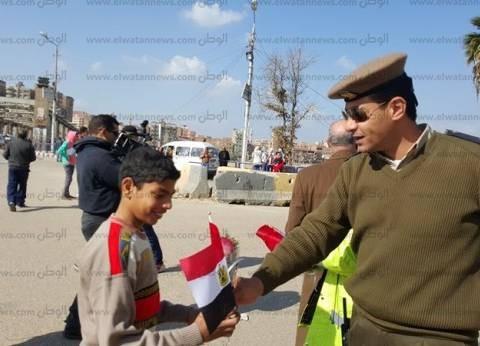 موانئ بورسعيد توزع الورود والحلوى على المواطنين احتفالا بعيد الشرطة