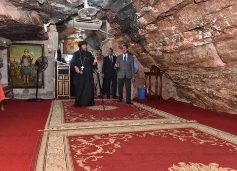 بالصور| محافظ أسيوط يزور الدير المعلق بأبنوب