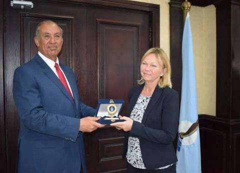 محافظ البحر الأحمر يهدي ميدالية المحافظة إلى 22 قنصلا