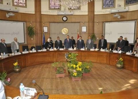 مجلس جامعة قناة السويس يبدأ أعماله بالوقوف دقيقة حداد على شهداء الروضة