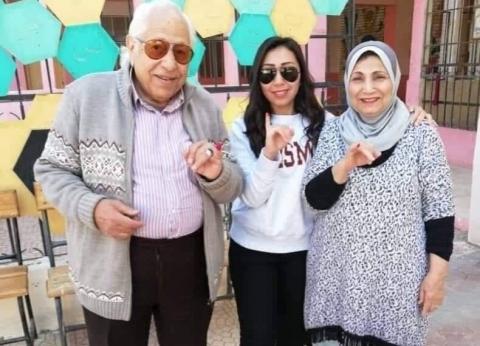 فاطمة عيد وابنتها شيماء الشايب تدليان بصوتيهما في الاستفتاء