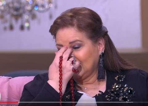 """بالفيديو  دلال عبدالعزيز باكية: """"ربنا يرحم والدتي.. من غيرها ولا حاجة"""""""