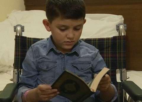 الطفل السوري الذي أبكى العالم يؤدي مناسك الحج
