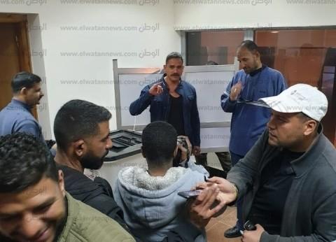 بالصور| أمير كرارة يدلي بصوته في لجنة للوافدين بميناء الإسكندرية