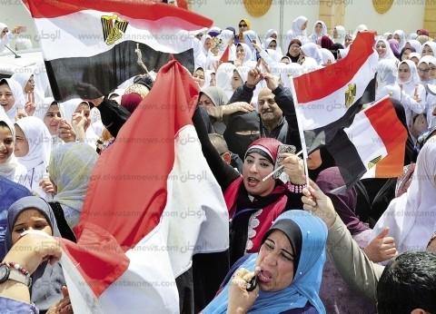 وزيرات تقدمن صفوف المشاركين للإدلاء بأصواتهن فى استفتاء الدستور