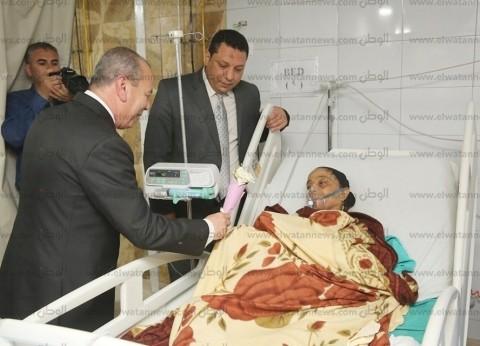 بالصور  محافظ كفر الشيخ يزور المرضى لتهنئتهم بالعيد ويهديهم الورود