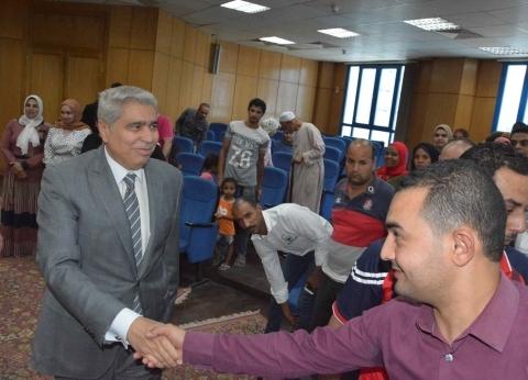 """محافظ المنيا للفائزين في مشروع شارع مصر: """"باب رزق جديد"""""""