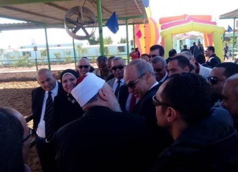 """وزيرة التعاون الدولي وعلي جمعة يتفقدان مزرعة """"مصر الخير"""" في الوادي الجديد"""