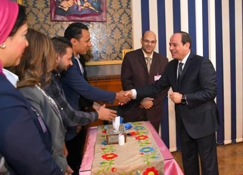 """""""الرئاسة"""": السيسي حرص على مصافحة أعضاء اللجنة الانتخابية والمواطنين"""