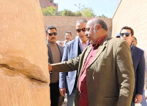 """محافظ سوهاج يتفقد أعمال تجميع وترميم تمثال """"رمسيس الثاني"""" بأخميم"""