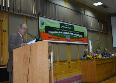 رئيس جامعة أسيوط يسلم دروع التميز لعدد من الكليات