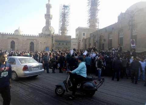 عاجل| وقفة احتجاجية للمئات أمام الجامع الأزهر اعتراضا على قرار ترامب
