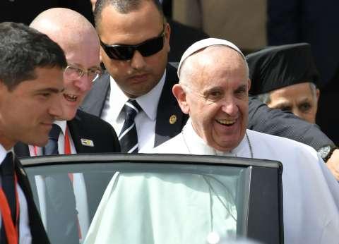 """""""الأكاديمية البحرية"""" تهدي بابا الفاتيكان درعا.. وطالب: مصر بلد المحبة"""