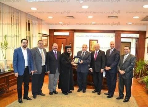 رئيس جامعة الإسكندرية يستقبل الأنبا بافلي الأسقف العام للتهنئة بالعام الجديد