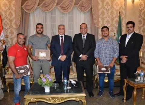 محافظ المنيا يكرم 3 لاعبين من أبطال العالم وموهوبين في إلقاء الشعر