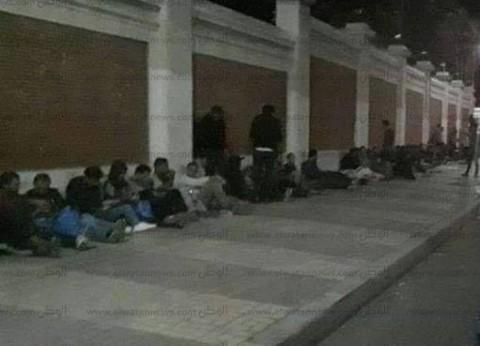مشجعو الأهلي يفترشون الأرض أمام استاد الإسكندرية أملا في شراء تذاكر