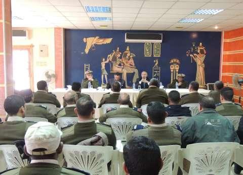 مدير أمن سوهاج يلتقي عدد من الأفراد بمركز التدريب
