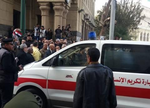 بالصور| وصول جثمان إبراهيم نافع إلى مسجد عمر مكرم