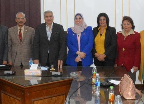 """محافظ المنيا يطالب """"قومي المرأة"""" بتنفيذ مبادرات للتوعية بقضية السكان"""