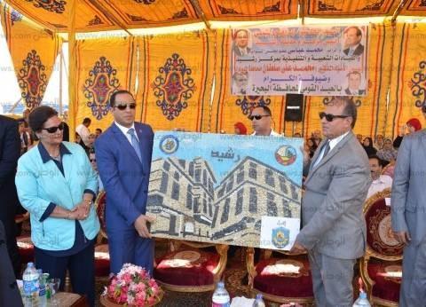 """رئيس جامعة دمنهور يهدي محافظ البحيرة جدارية """"بيوت رشيد"""" احتفالا بالعيد القومى"""