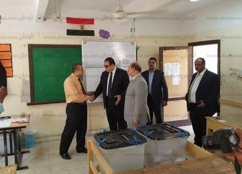 محافظ الفيوم يتفقد سير العملية الانتخابية بمرافقة مدير الأمن