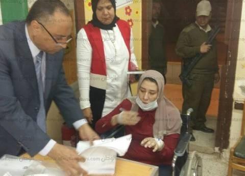 """أمين """"المصريين الأحرار"""" ببني سويف تدلي بصوتها على كرسي متحرك"""
