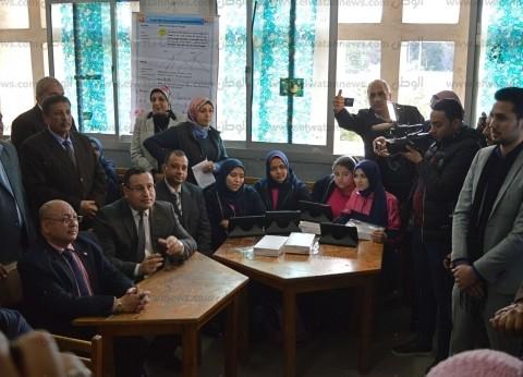 محافظ الإسكندرية يشرح لمعلم الاستخدام الصحيح للسبورة الذكية