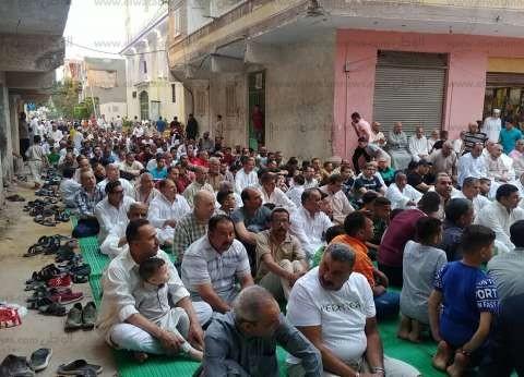 المئات يؤدون صلاة عيد الفطر في مسجد الفردوس بالإسكندرية