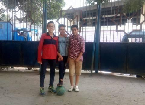 3 أصدقاء يلعبون كرة قدم فى محطة مترو الجيزة: «بتجرى فى دمنا»