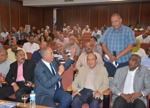 محافظ البحر الأحمر يشارك الأهالي مناقشة خطط تطوير مدينة الغردقة