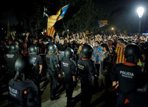بالفيديو  مواجهات عنيفة بين الشرطة الإسبانية ومتظاهرين في برشلونة