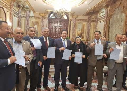 النائب طارق السيد يوقع على استمارة تزكية السيسي لفترة رئاسية ثانية